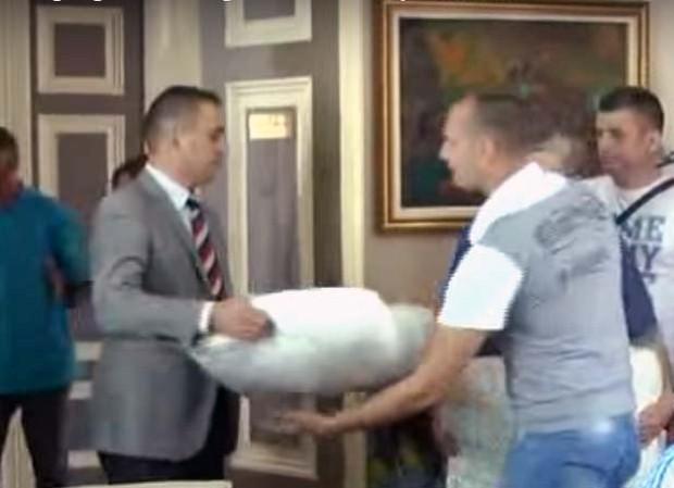 Predsednik Mladenović (levo) predaje mrežu